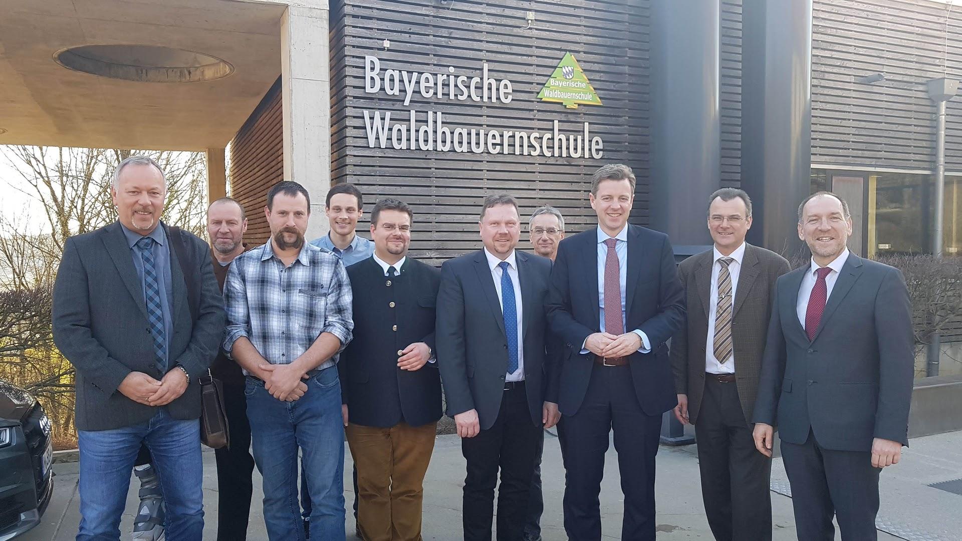 Gruppenbild von links nach rechts: Werner Peetz (Stadt Schwarzenbach am Wald), Thomas Baumann (AELF Kulmbach), Ralf Kremer (Forstunternehmer), Christian Rank (Landratsamt Hof), Peter Hummel (Schulleiter WBS Kelheim), Reiner Feulner (Bürgermeister Schwarzenbach am Wald), Thomas Krämer (Forstamtsleiter AELF Münchberg), Dr. Oliver Bär (Landrat Landkreis Hof), Johann Koch (Geschäftsführer Trägerverein WBS), Urban Treutlein (Referatsleiter Staatsministerium StMELF)