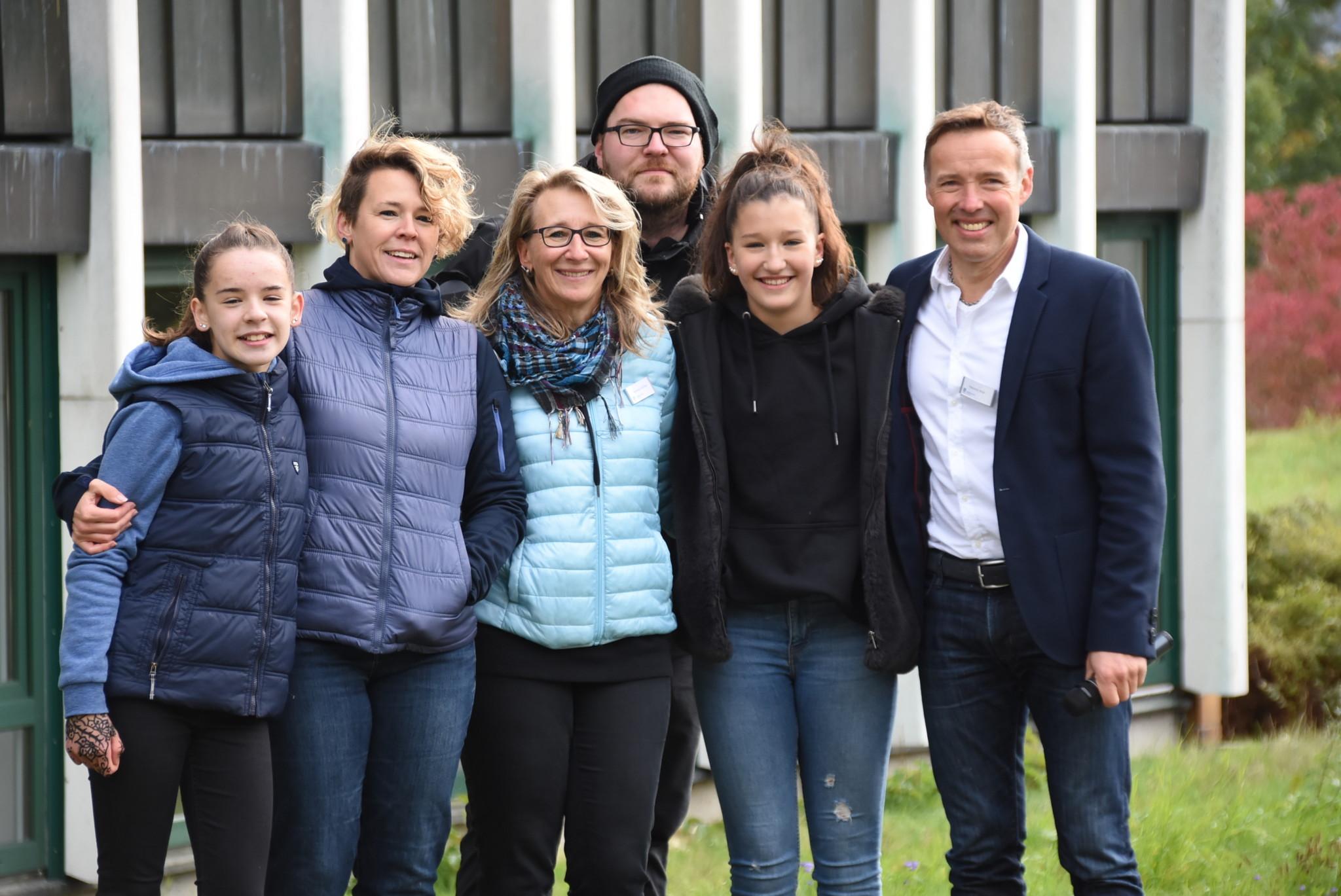 Von ihnen stammt die Idee zum Ehrenamtssong: Simone Feulner (zweite von links), Andrea Kießling (Mitte) und Heiner Wolf (rechts) gemeinsam mit dem Produzenten des Videos Christian Weber