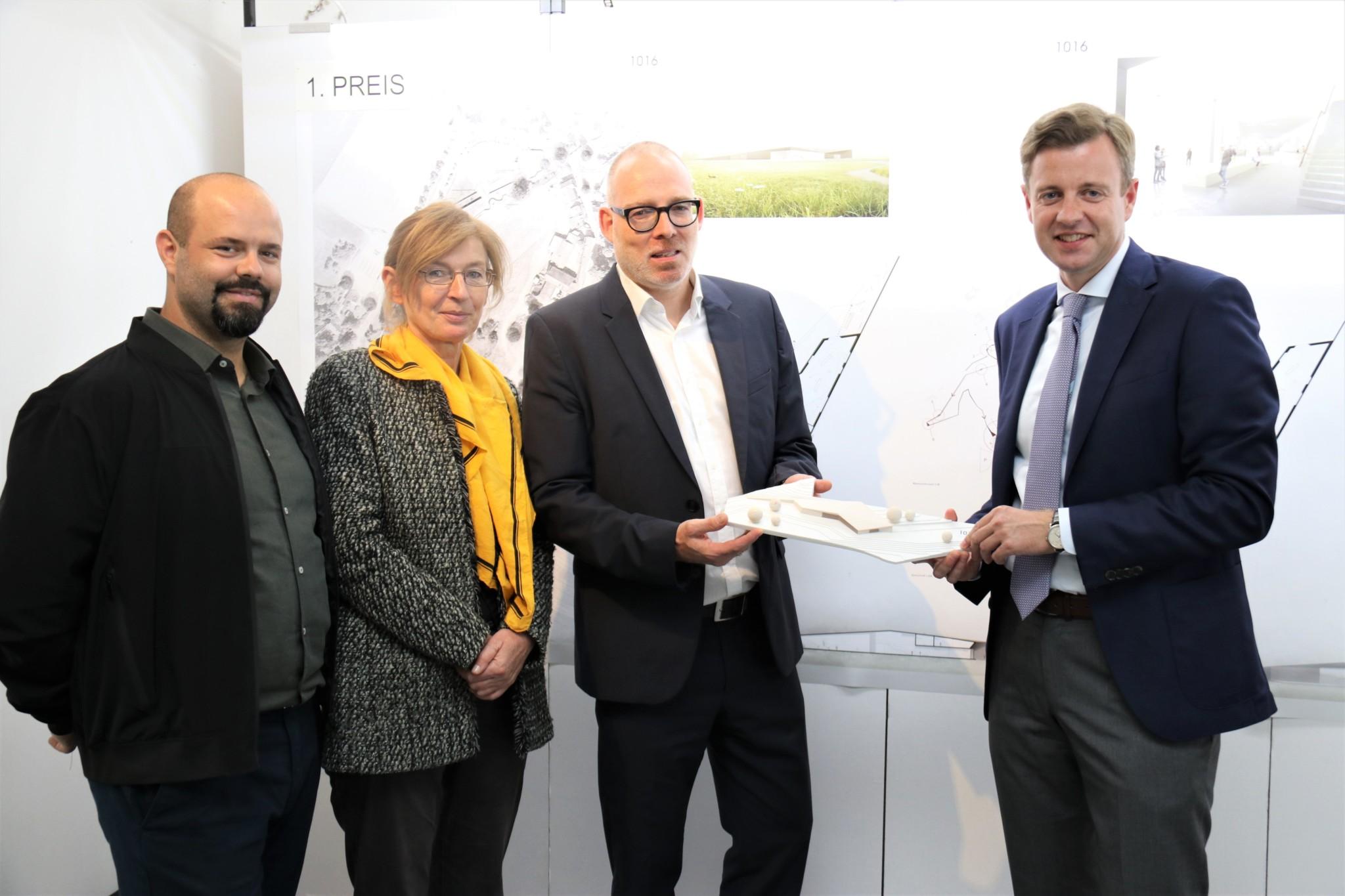 Freuen sich, ihren Entwurf bald schon in die Tat umsetzen zu können: Gani Ilijazi, Brigitte Fischer, Ole Creutzig gemeinsam mit Landrat Dr. Oliver Bär