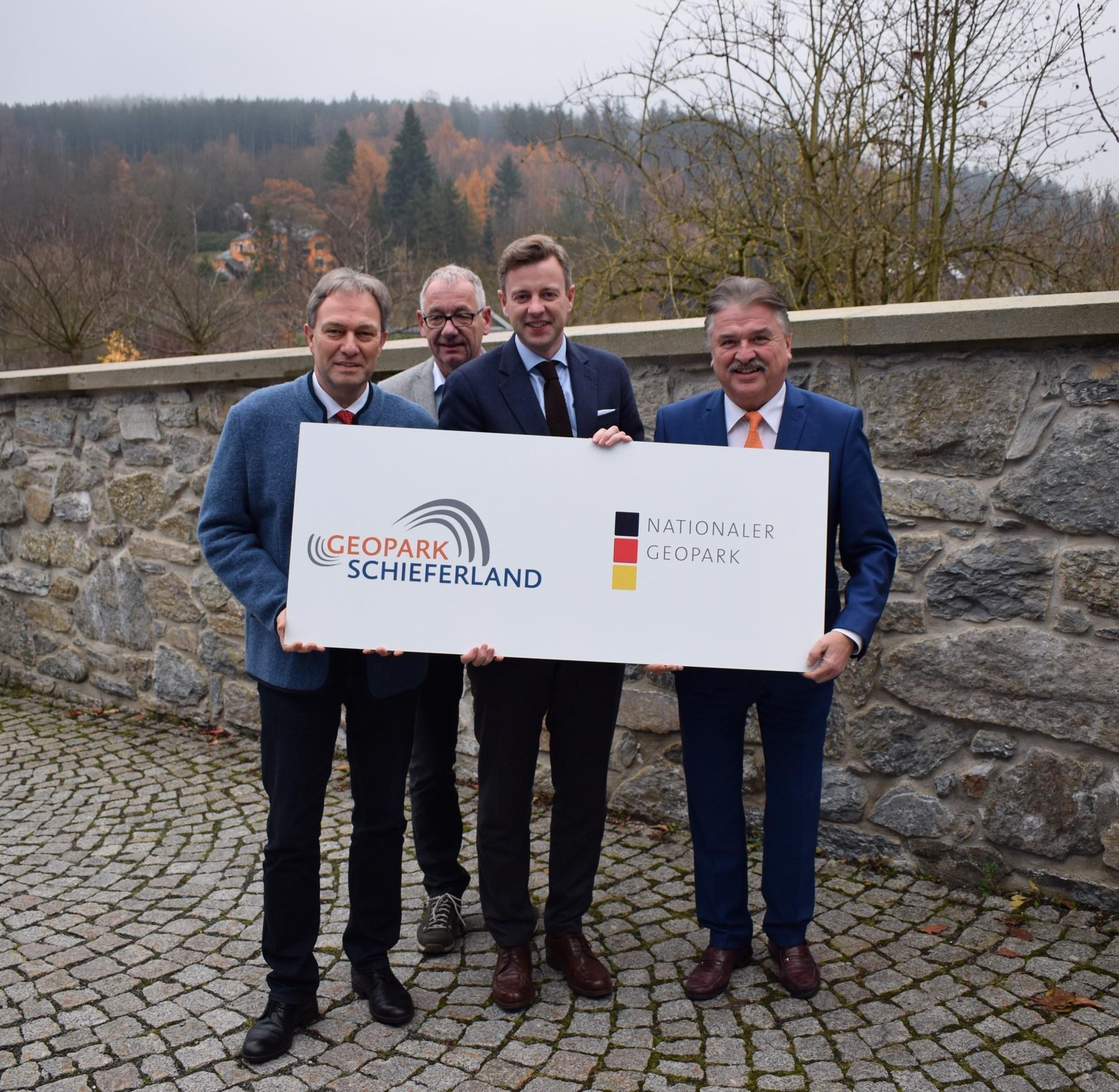 Freuen sich über die Wahl zum Nationalen Geopark: Klaus Löffler (Landrat Kronach), Dietrich Förster (Geschäftsführer Naturpark Frankenwald e.V.), Dr. Oliver Bär (Landrat Hof), Klaus Peter Söllner (Landrat Kulmbach)