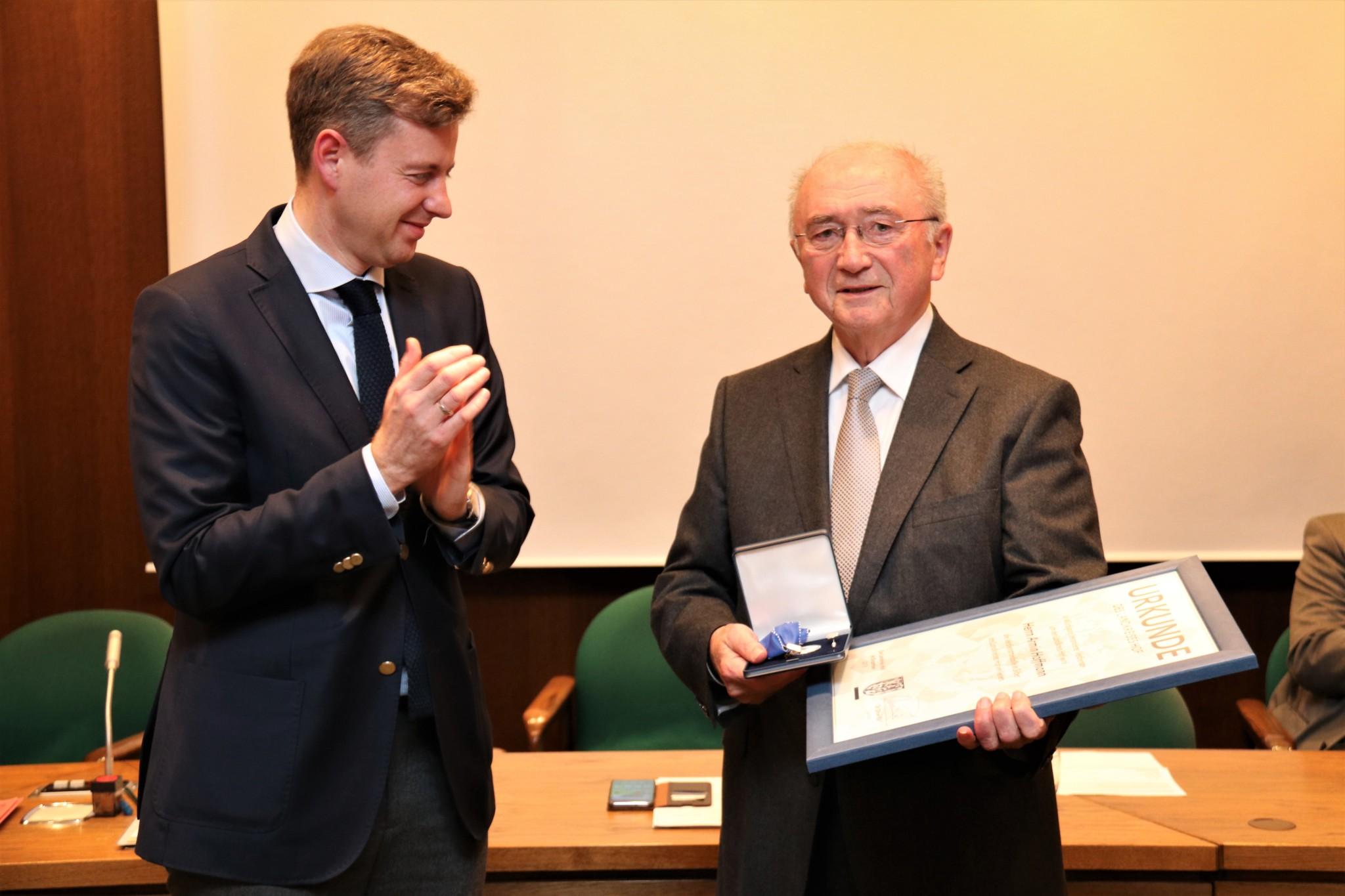 Wurde 1984 in den Kreistag gewählt: Armin Hoffmann bei der Verleihung der Verdienstmedaille