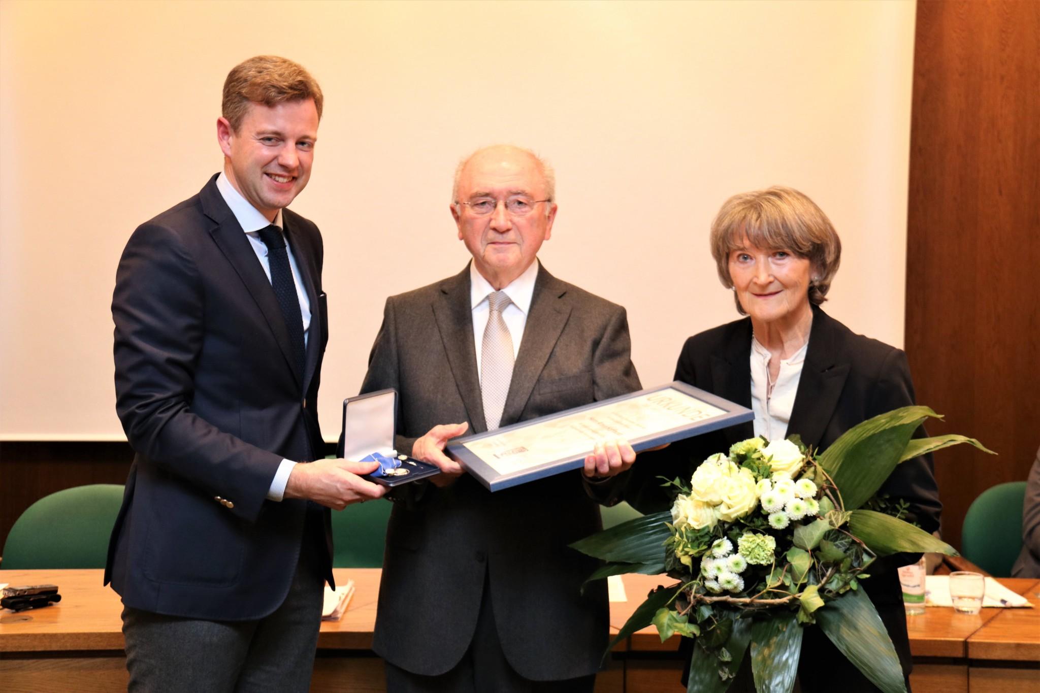 Hat in vielen Ausschüssen mitgewirkt. Seit 1984 ist Armin Hoffmann, hier mit Ehefrau Ilse und Landrat Dr. Bär, im Hofer Kreistag aktiv.
