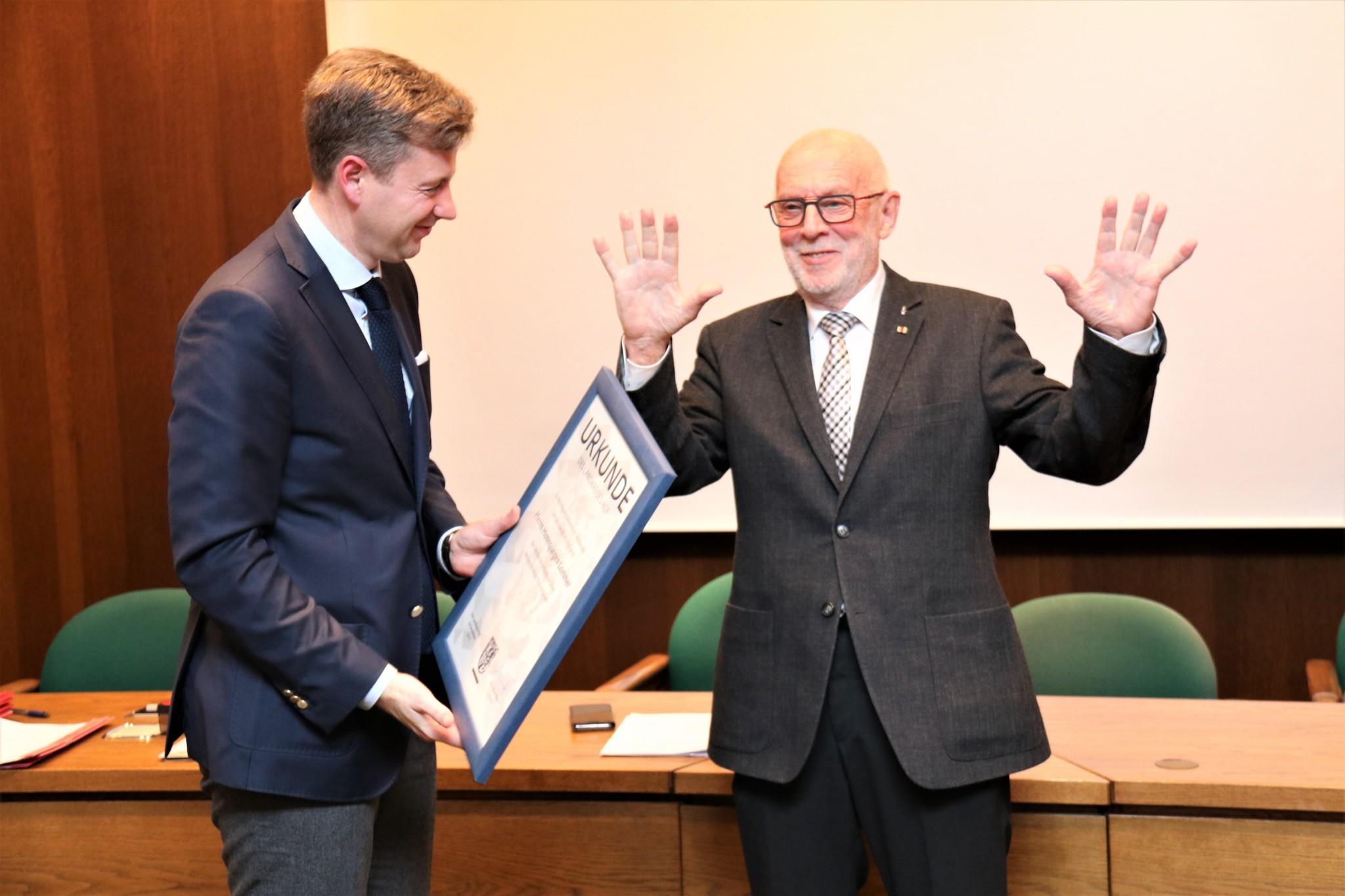 Seit 1990 im Kreistag: Hansjürgen Lommer bei der Übergabe der Urkunde