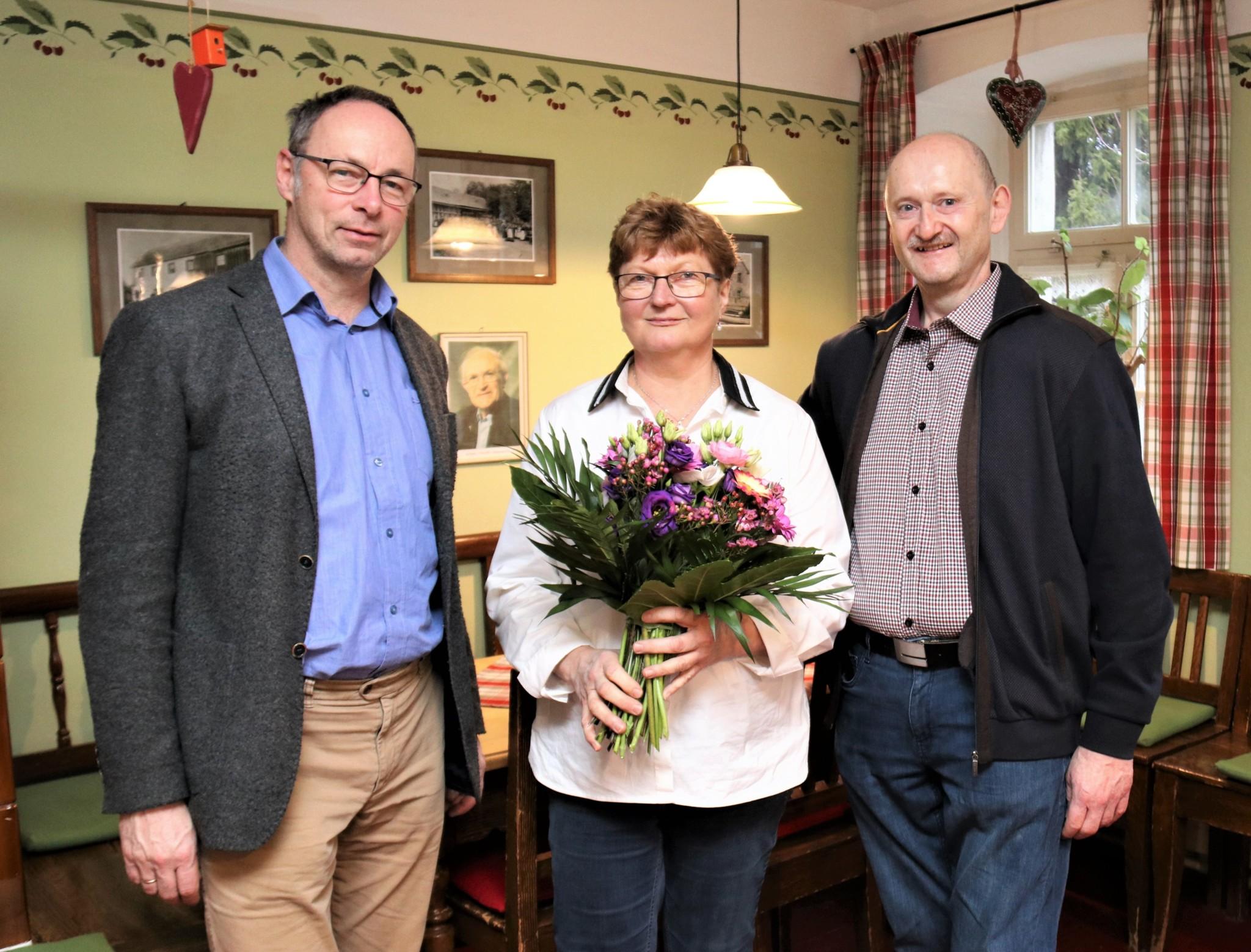 Von Museumsleiter Bertram Popp (links) gabs zum Einstand Blumen für die neue Pächterin Karin Rödel und ihren mann Wolfgang.