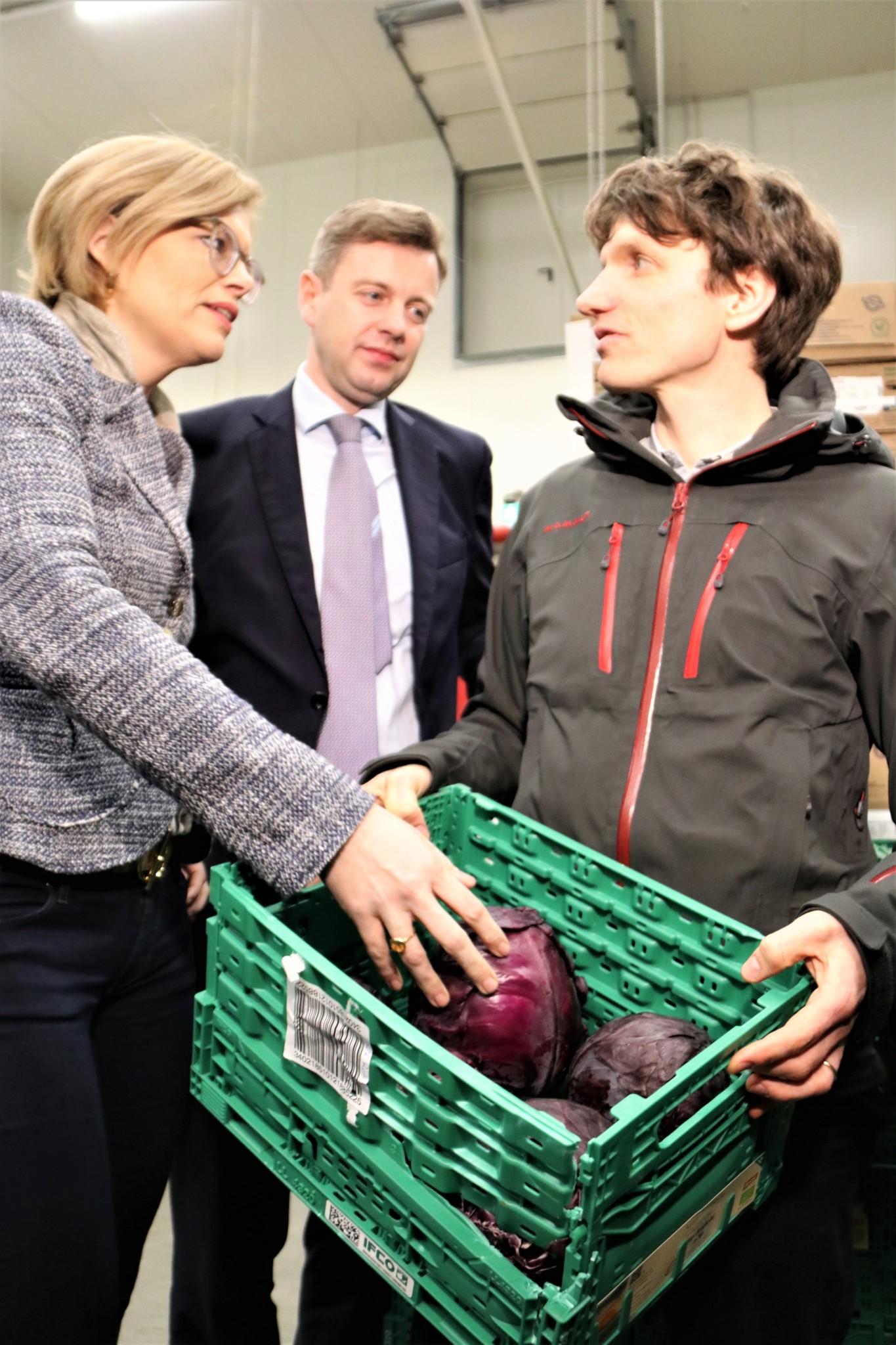 Bundeslandwirtschaftsministerin Julia Klöckner im Gespräch mit Lukas Nossol (Marketingleiter dennree) und Landrat Dr. Oliver Bär