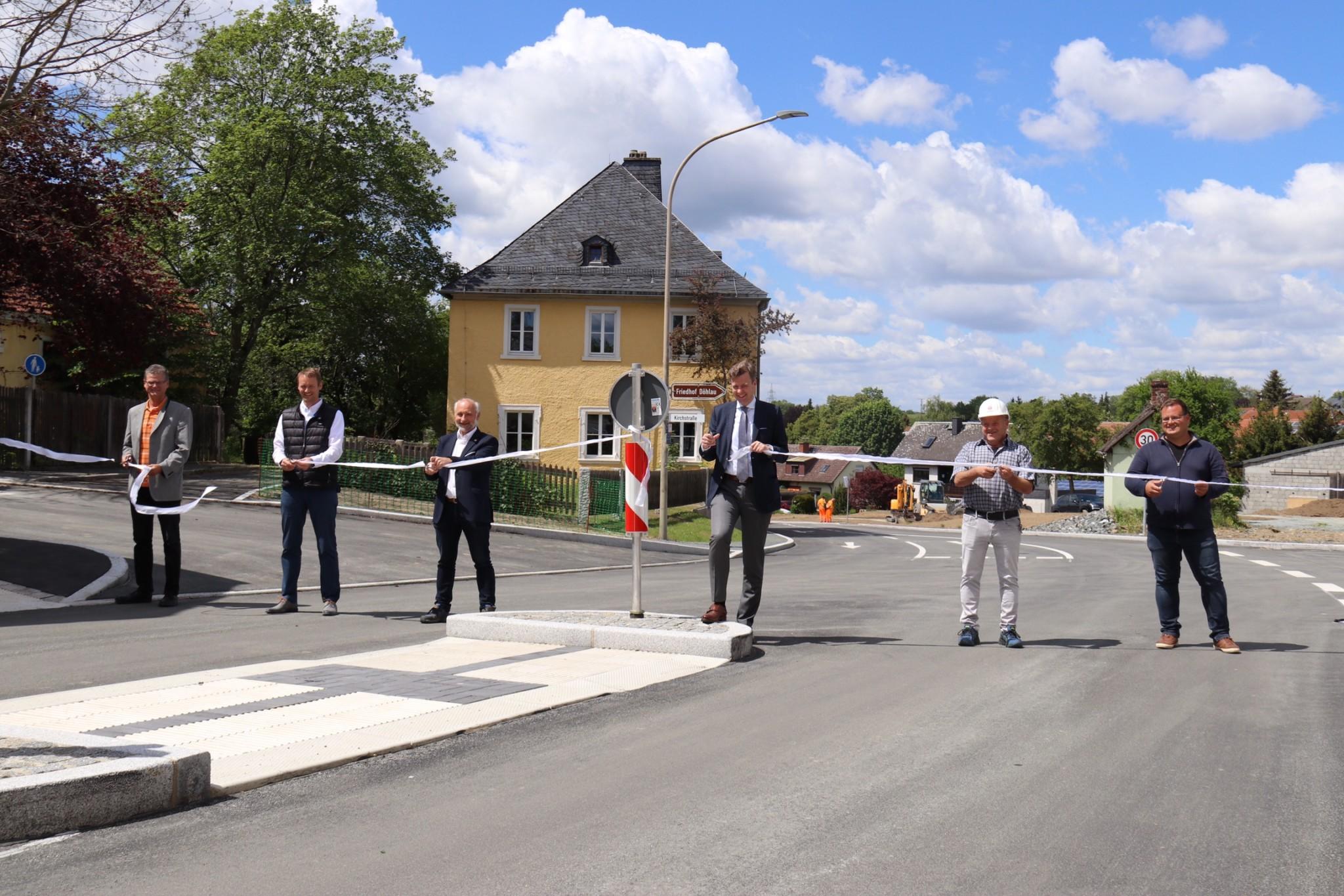 Haben die Ortsdurchfahrt Döhlau offiziell für den Verkehr freigegeben (von links nach rechts): Thomas Knauer (ehemaliger Bürgermeister Döhlau), Marc Ultsch (Bürgermeister Döhlau), Jürgen Wälzel (Fachbereichsleiter Tiefbau Landkreis Hof), Landrat Dr. Oliver Bär, Wolfgang Scharnagl (Geschäftsführer Scharnagl Hoch- und Tiefbau) und Rico Schneider (Bauleiter Scharnagl Hoch- und Tiefbau)